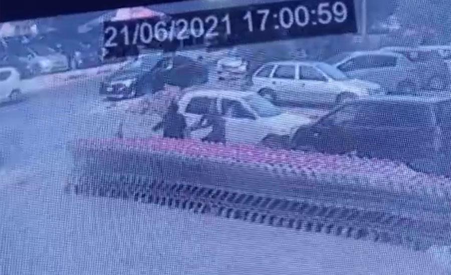 کراچی میں خاتون سے پرس چھیننے کی کوشش میں سکیورٹی گارڈ نے ایک ملزم کو پکڑ لیا